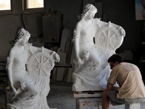 kamena skulptura po narudžbi djevojka sa kormilom