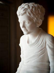 kamena skulptura po narudžbi dječak